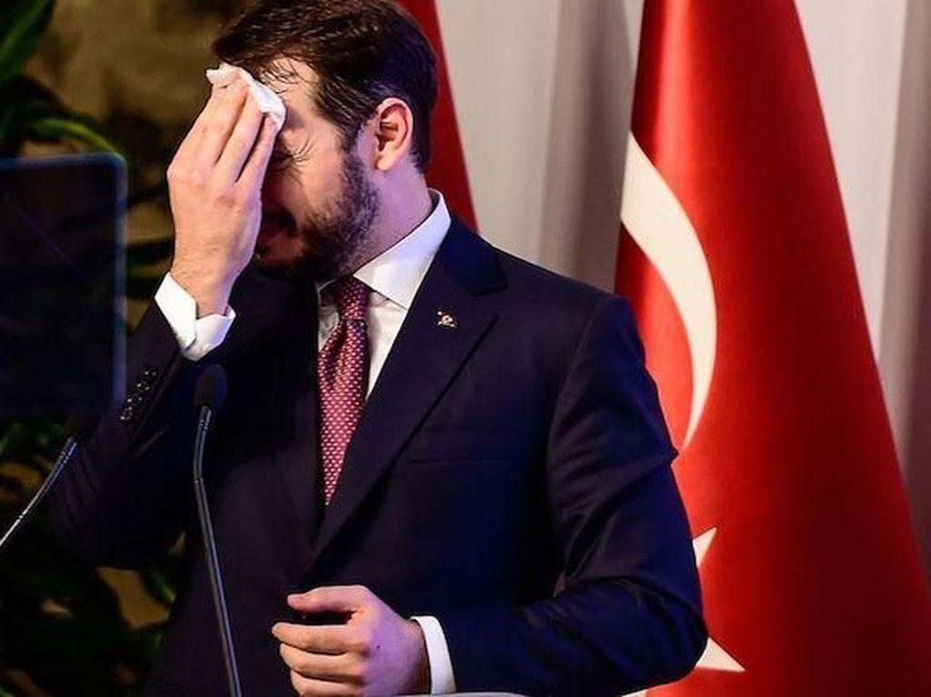 Pidato Soal Situasi Ekonomi, Menantu Erdogan Bercucuran Keringat