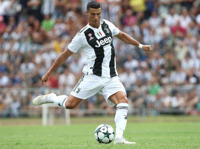 Jumlah gol tendangan bebas Cristiano Ronaldo lebih banyak daripada Messi. Pria asal Portugal itu punya 51 gol tendangan bebas. (Foto: Getty Images)