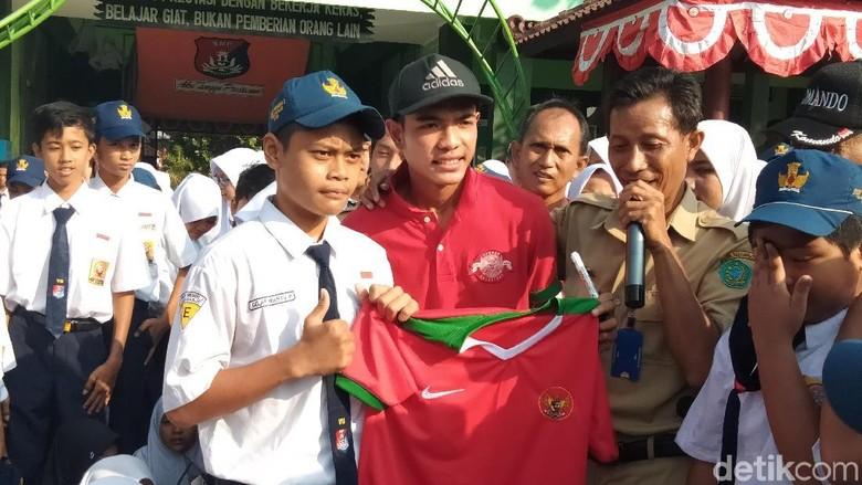 Kunjungi Sekolah, Pemain Timnas Indonesia U-16 Brylian Bagi-Bagi Jersey