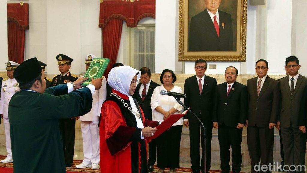 Enny Nurbaningsih Ucapkan Sumpah Jadi Hakim MK di Depan Jokowi