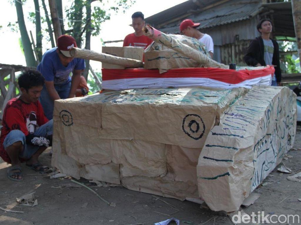 Sambut HUT RI, Warga Bandung Siapkan Tank dan Helikopter Kardus