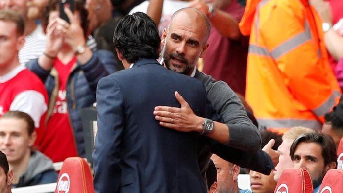 Salam perkenalan Emery dengan Premier League langsung terjadi dalam big match Arsenal vs City di Emirates. Sebelum laga, Emery sempat berinteraksi dengan Pep Guardiola di kubu lawan. (Foto: John Sibley/Action Images via Reuters)