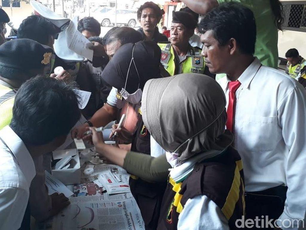 Ratusan Polisi di Surabaya Ikut Tes Urine Dadakan