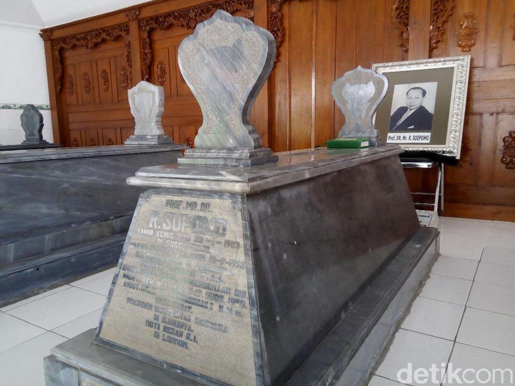 Mengunjungi Pusara Supomo, Profesor Muda Perumus UUD 1945