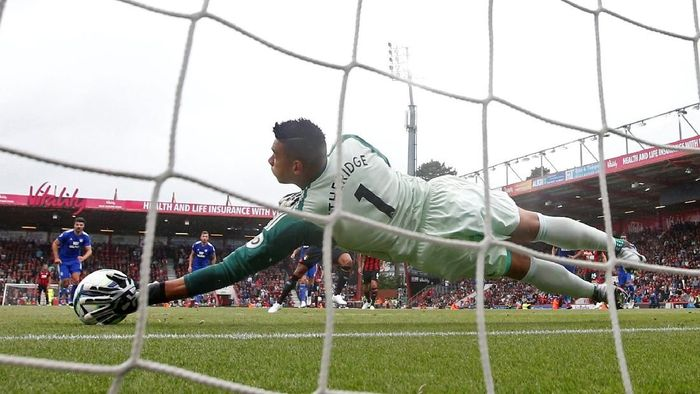Aksi Neil Etheridge dalam menggagalkan penalti. (Foto: Matthew Childs/Reuters)