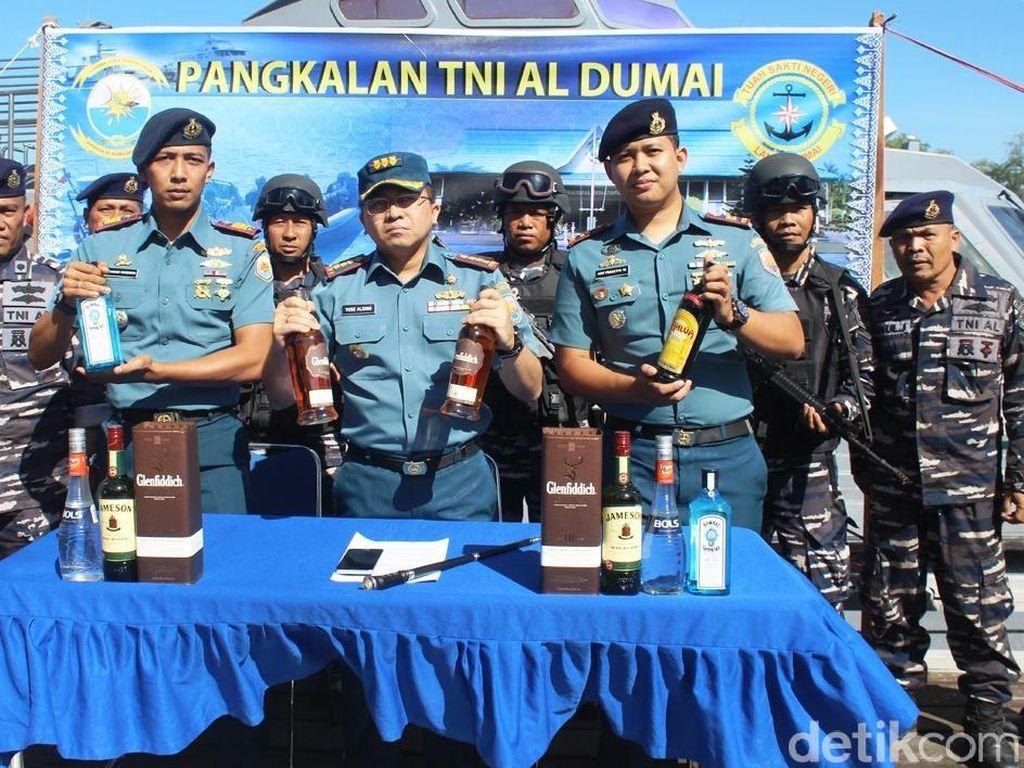 TNI AL Gagalkan Penyelundupan Miras dan Tekstil Ilegal di Dumai