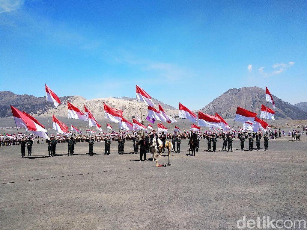 Suku Tengger Kibarkan 2.018 Merah Putih di Lautan Pasir Bromo