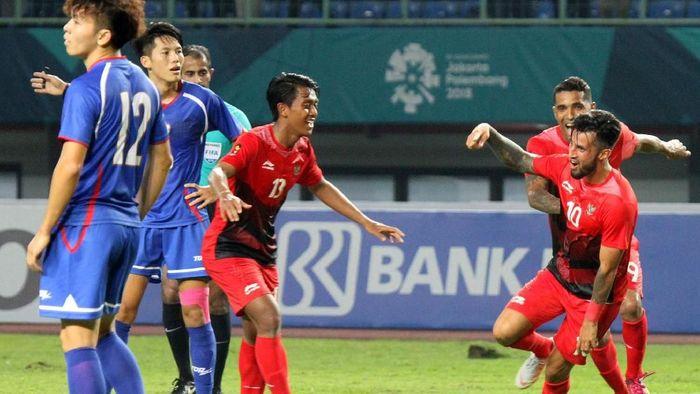 Febri Haryadi dan pemain Timnas U-23 tampil dengan kostum Li Ning di Asian Games 2018.  (Ary Kristianto/sup/INASGOC via Antara)