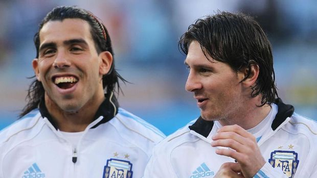 CAPE TOWN, SOUTH AFRICA - JULY 03:  Carlos Tevez and Lionel Messi of Argentina share a joke ahead of the 2010 FIFA World Cup South Africa Quarter Final match between Argentina and Germany at Green Point Stadium on July 3, 2010 in Cape Town, South Africa.  (Photo by Chris McGrath/Getty Images)