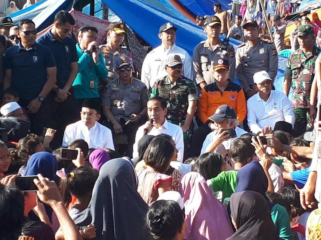 Gaya Jokowi Dialog dengan Korban Gempa Lombok Sambil Lesehan