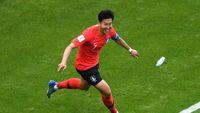 Saat Son Heung-min Pamer Medali Emas Asian Games di Tottenham