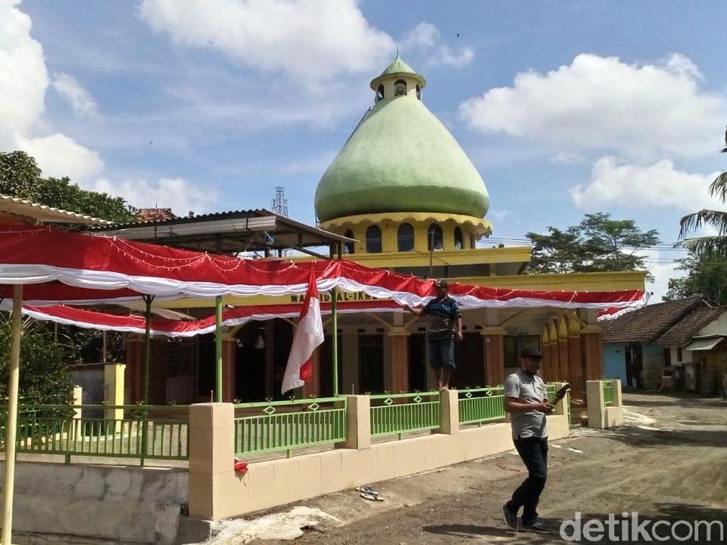 Kain Merah Putih 500 Meter Hiasi Jalan Kampung di Jember