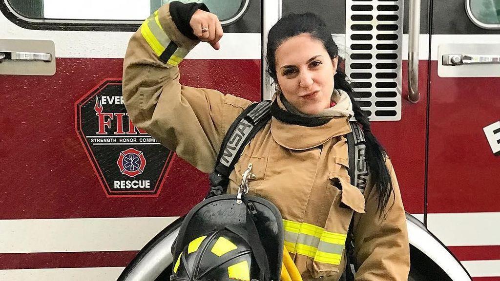 Cantik dan Seksi! Pesona Presley, Pemadam Kebakaran yang Gemar Angkat Beban