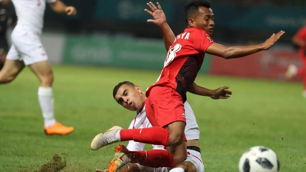 Irfan Jaya cetak gol penyeimbang.