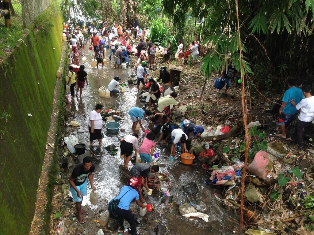 Ratusan Warga Ambon Rebutan Ambil Minyak Tanah di Kali