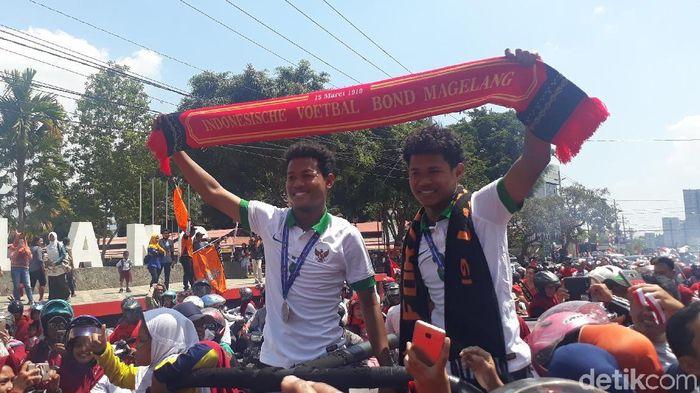 Bagus Kahfi dan Bagas Kaffa, si kembar Timnas U-16, dapat sambutan meriah di Magelang (Foto: Pertiwi/detikSport)