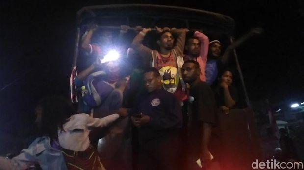 Mahasiswa Papua diangkut polisi menuju Polrestabes Surabaya