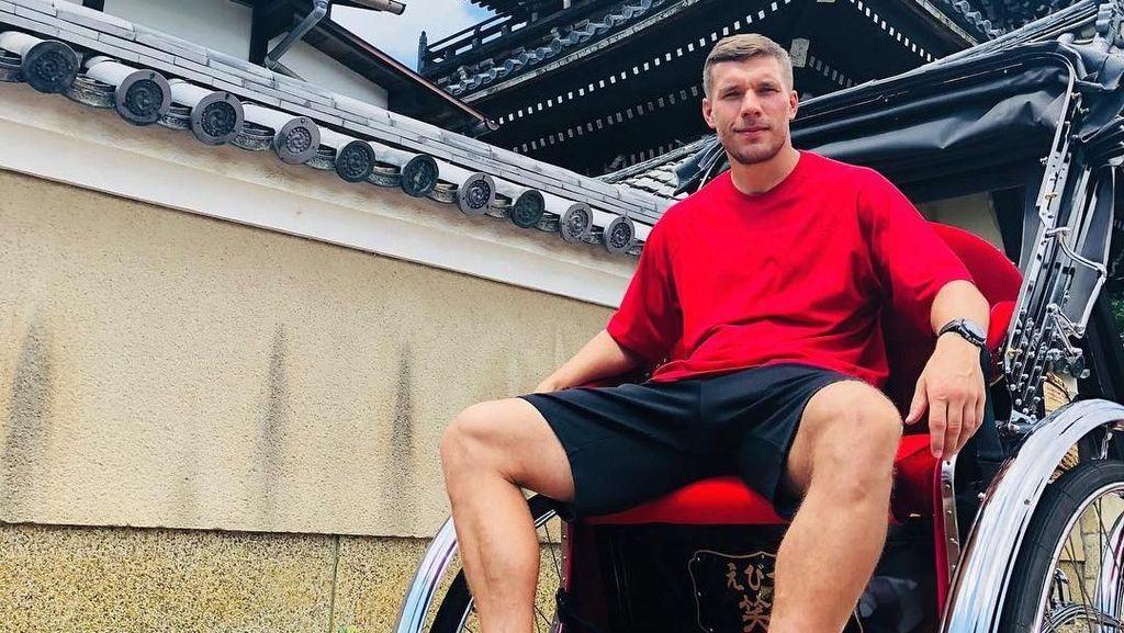 Potret Lukas Podolski Jalan-jalan di Jepang
