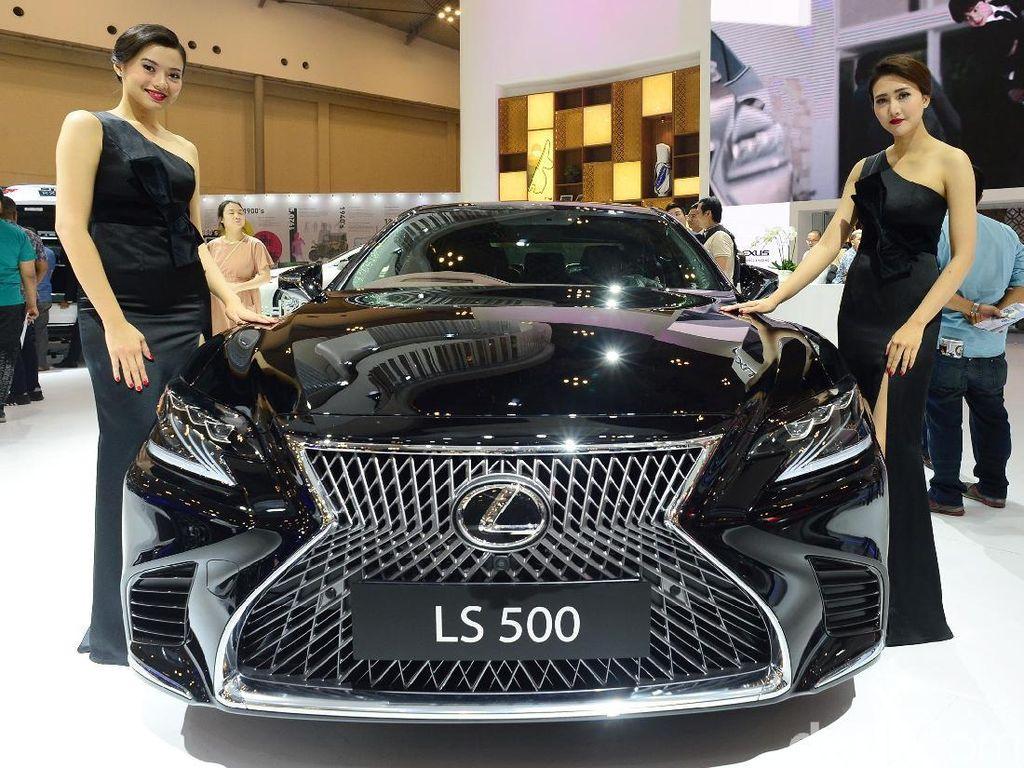 Pose Elegan Bidadari Lexus