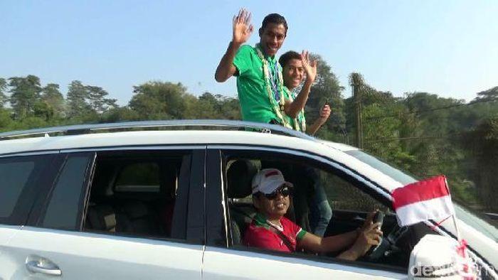 Dengan disopiri Dedi Mulyadi, lima pemain timnas U-16 diarak di Purwakarta (Foto: Dian Firmansyah/detikSport)