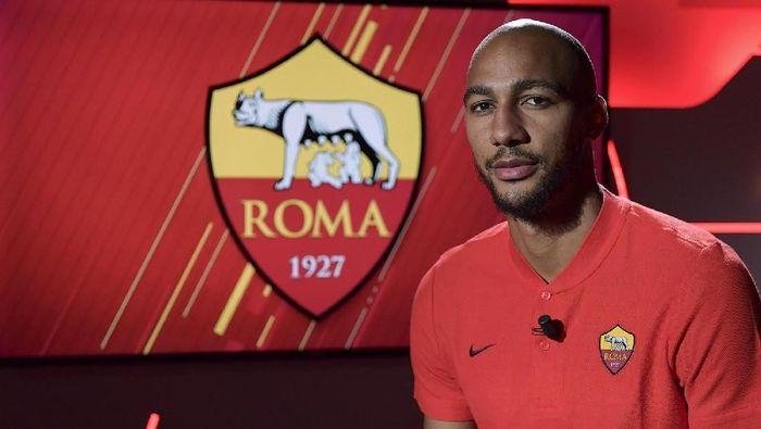 AS Roma berkelakar mengenai pengawalan superketat yang didapat Steven Nzonzi agar tak dibajak klub lain (Foto: Twitter @OfficialASRoma)