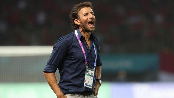 Luis MIlla memberikan pesan kepada Timnas Indonesia saat menghadapi Singapura di laga perdana Piala AFF 2018. (Dok. Foto: INASGOC/Charlie)