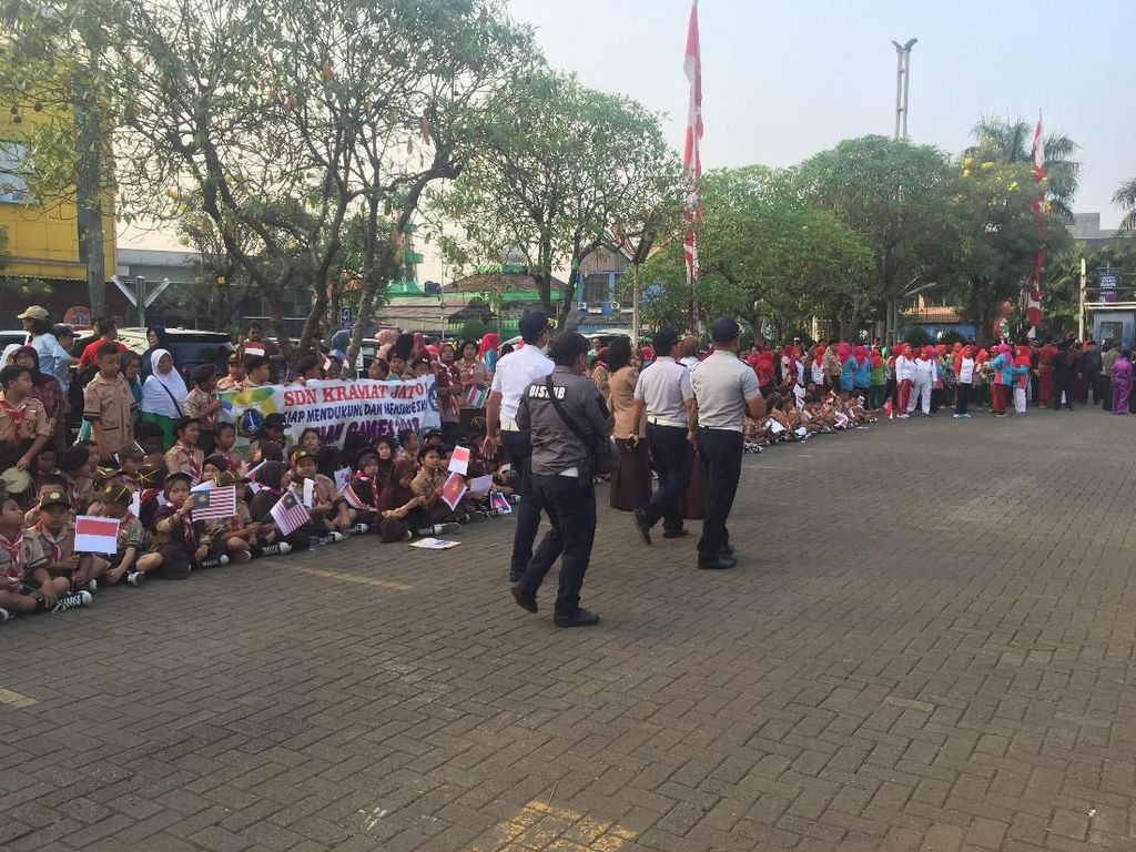 Semangat Anak-anak Sambut Kirab Obor Asian Games di Kramat Jati