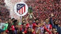 Atletico Madrid merarayakan keberhasilan jadi juara Piala Super Eropa. Ini jadi trofi ketiga mereka di ajang ini setelah tahun 2010 dan 2012. Trofi ini berpindah tangan setelah dua tahun sebelumnya dikuasai Madrid. (Maxim Shemetov/REUTERS)