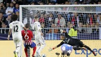 Atletico Madrid menegaskan kemenangannya beberapa menit setelah gol Saul itu lewat sepakan terukur Koke. Lini belakang Madrid benar-benar kacau di laga itu. (Maxim Shemetov/REUTERS)