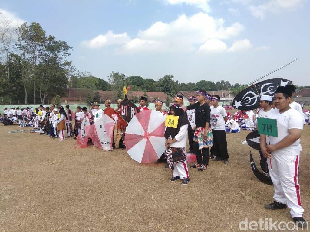 Serunya Lomba Layang-layang Pelajar Bertema Bhinneka di Malang