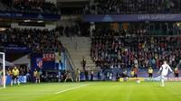Laga babak pertama berakhir imbang 1-1. Di babak kedua, Madrid tetap inisiatif menyerang dan berbalik unggul 2-1 lewat penalti Sergio Ramos di menit ke-63. (Maxim Shemetov/REUTERS)