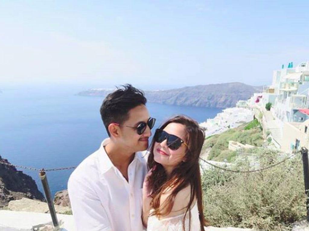 Foto: Kemesraan Tasya Kamila Berbulan Madu di Yunani