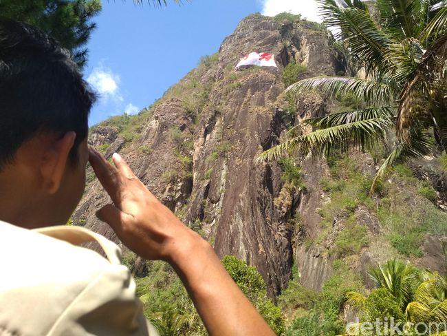 Sambut Kemerdekaan, Bendera Raksasa Dikibarkan di Atas Tebing 300 Meter