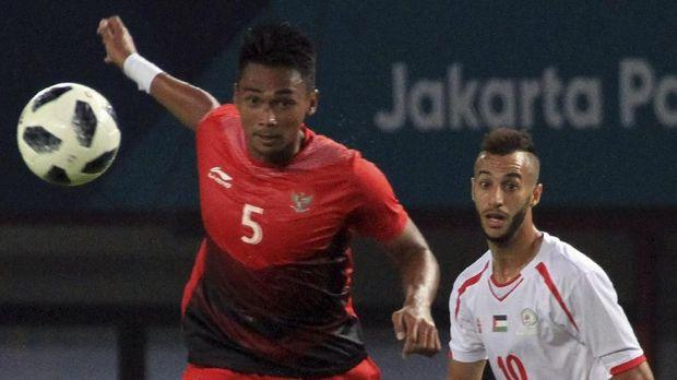 Bagas Adi dibawa ke rumah sakit usai mengalami cedera saat Timnas Indonesia U-23 dikalahkan Palestina.