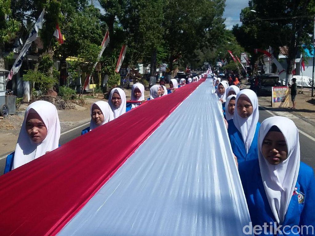 Ribuan Pelajar Ramai-ramai Bentangkan Bendera Merah Putih 1.000 Meter