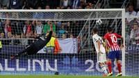 Atletico seperti mendapat angin di babak ini dan balik menekan Madrid. Gol cantik Saul Nigue di menit ke-98 lewat sepakan kerasnya membuat gawang Keylor Navas kebobolan. (Maxim Shemetov/REUTERS)