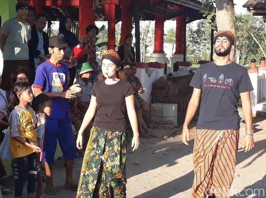 Lucunya Turis di Madiun Rebutan Hadiah Kalung Sapi di Lomba HUT RI