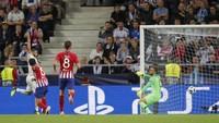 Ini jadi laga perdana Real Madrid tanpa Cristiano Ronaldo dan Zinedine Zidane. Karim Benzema mencetak gol penyama kedudukan lewat tandukannya. (Maxim Shemetov/REUTERS)