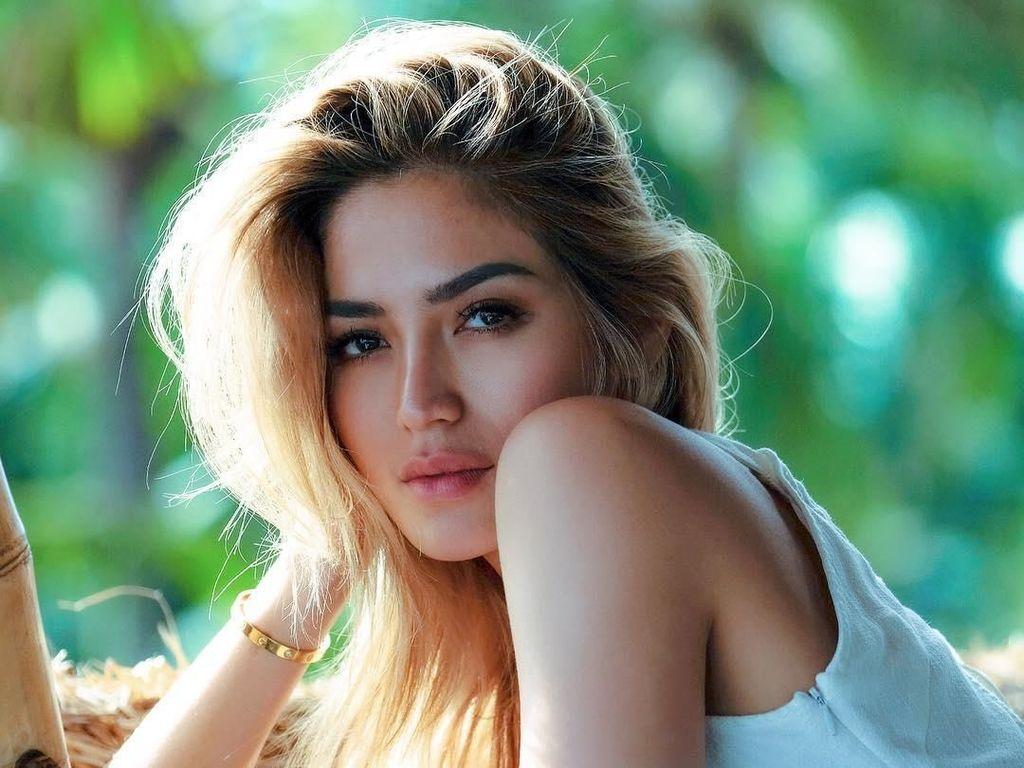 Jessica Iskandar Ketahuan Video Call dengan Pria Bule, Siapa Tuh?