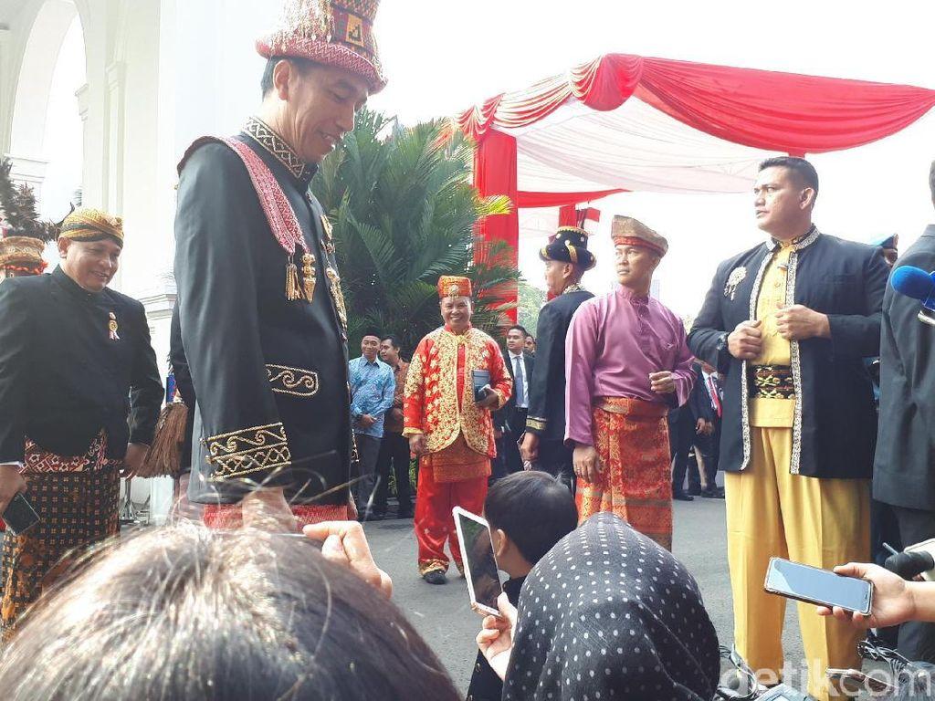 Berpakaian Adat Aceh, Jokowi Ajak Jan Ethes Lihat Persiapan Upacara