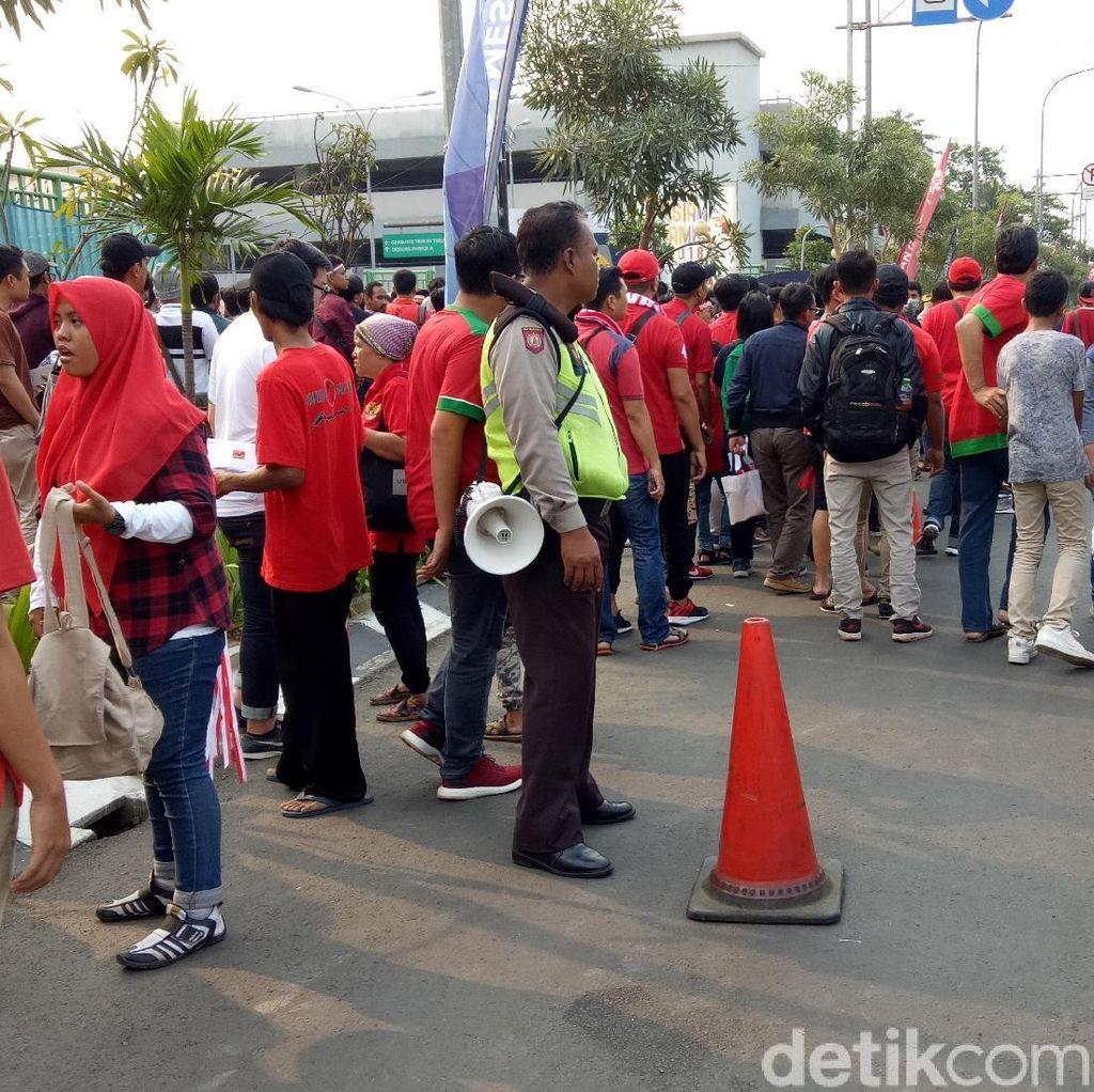 Antrean Penukaran Tiket di Stadion Patriot Mengular Sampai Jalan Raya
