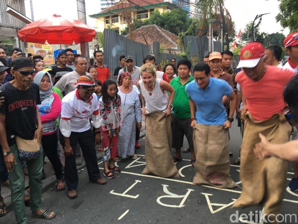 Sandiaga Lomba Balap Karung Lawan Bule di Jl Jaksa
