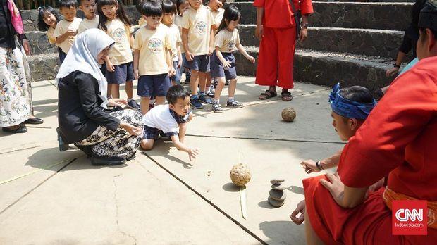 Permainan tradisional melatih kemampuan psikososial anak.