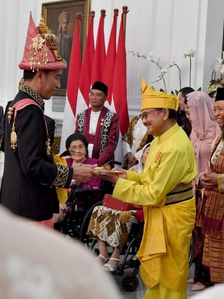 Cinta Indonesia Adu Gaya Para Pejabat Pakai Baju Adat Di