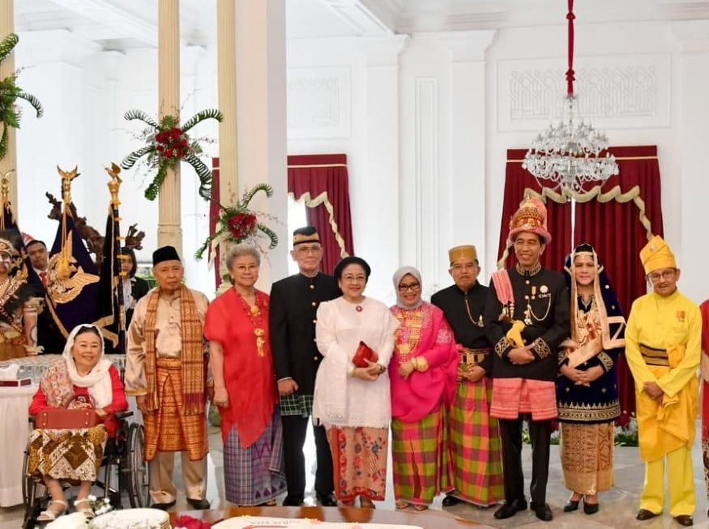 Syukuran HUT RI, Jokowi Ajak Presiden-Wapres Terdahulu Potong Tumpeng