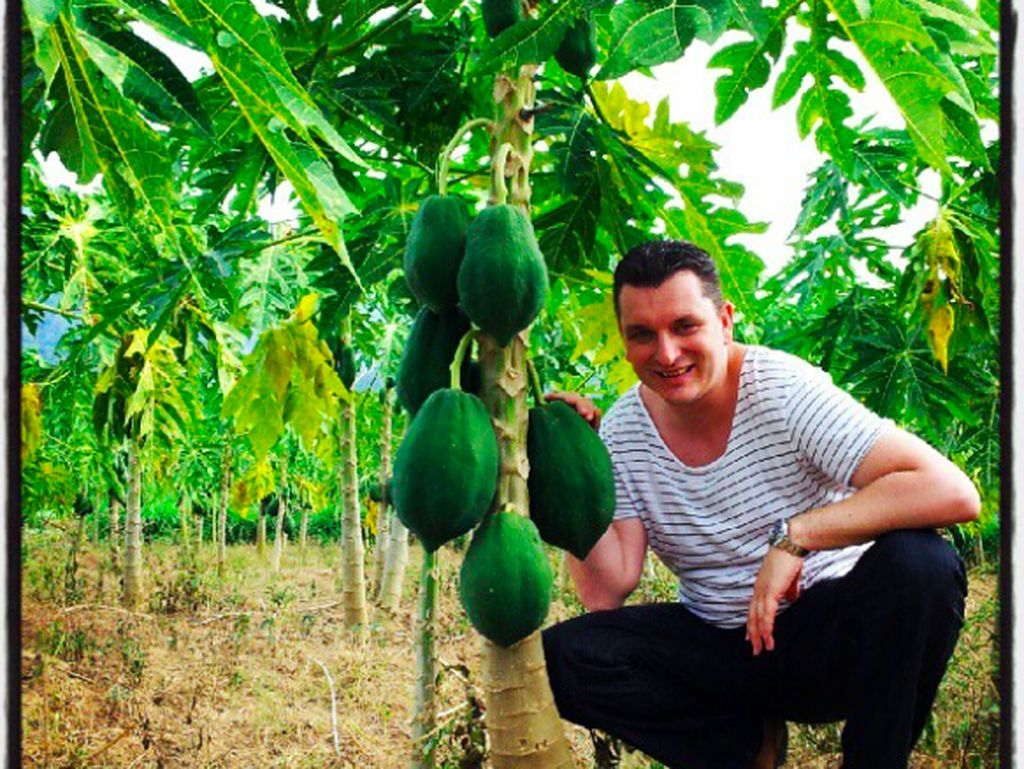 Intip Gaya Suami Bule Maudy Koesnaedi Saat Petik Pepaya hingga Pilih Durian