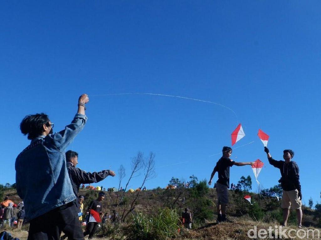 Festival Layang-layang Merah Putih Ramaikan Puncak Gunung Prau