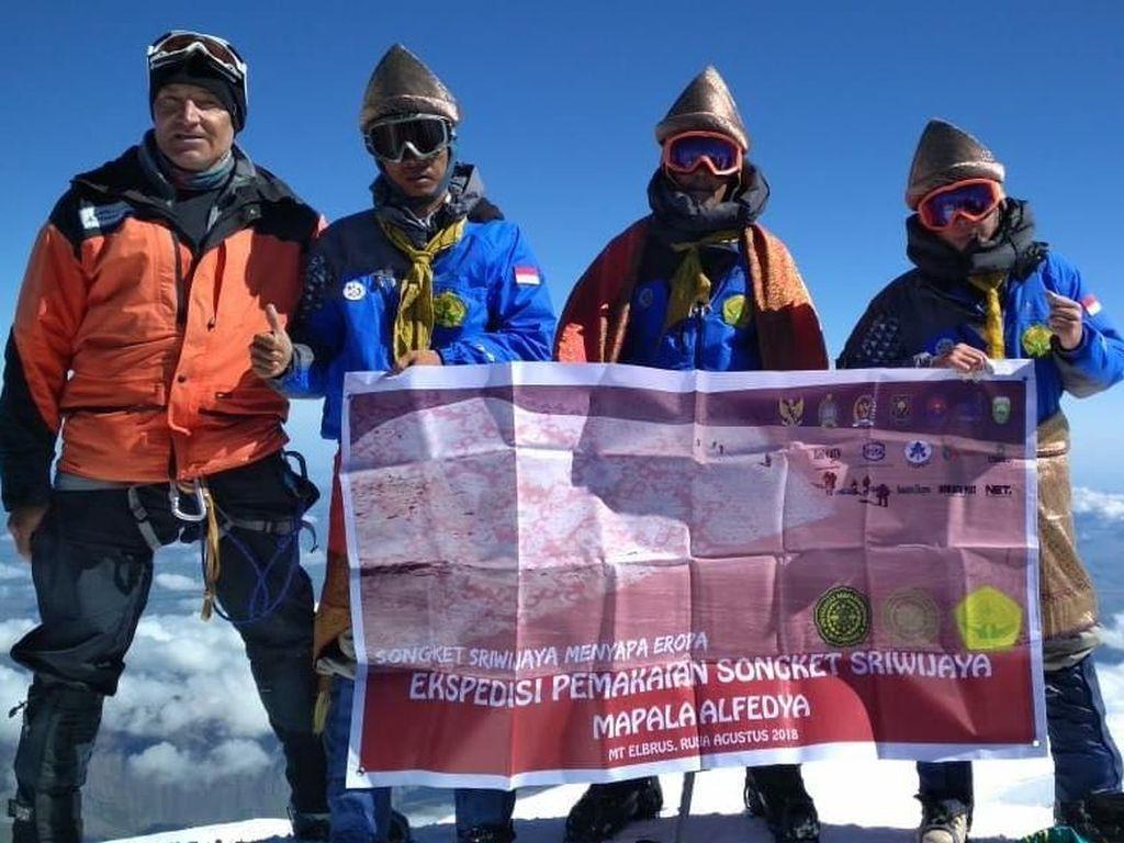 Songket Sriwijaya di Puncak Elbrus