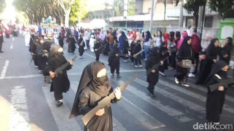 """Viral Karnaval TK Bercadar dan 'Bersenjata', Ini Gaya """"Ngeles"""" Kepala Sekolah"""