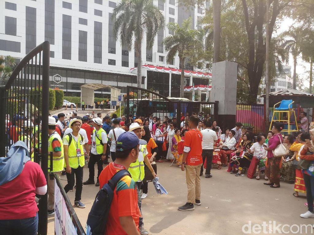 Jelang Gate Dibuka, Penonton Pembukaan Asian Games 2018 Mulai Antre